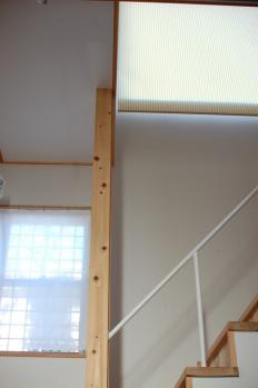 階段、下の窓