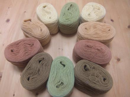 草木染めの糸で、カラフルな布を