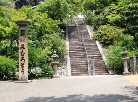 三室戸寺・本堂へ上がる石段_H26.07.15撮影