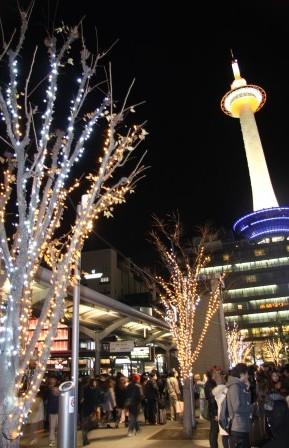 京都タワーと駅前のイルミネーション_H26.12.06撮影