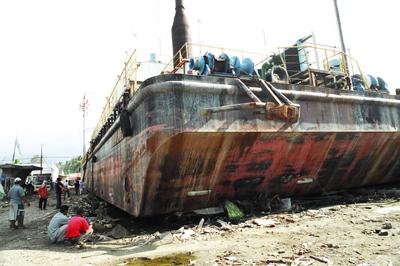 陸に上がった船JPG