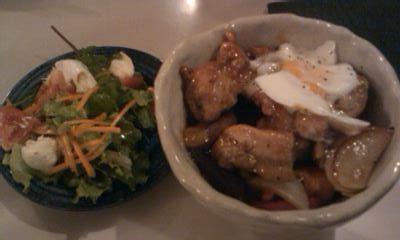 モッツァレラチーズとトマトのサラダと、揚げ鶏と野菜の黒酢あんかけ丼@CAWA