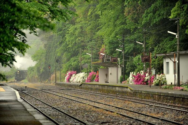 雨の白石駅到着へ