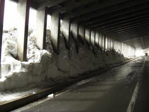 スノーシェッドに流れ込んだ雪