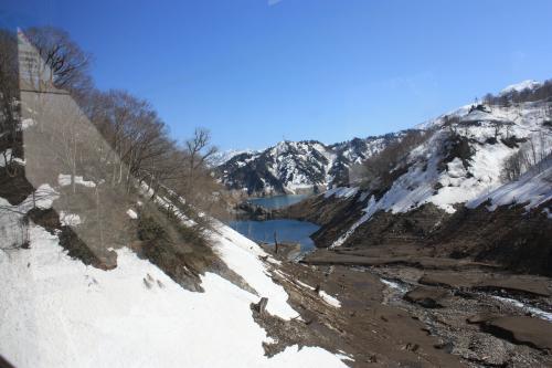 雪解け前の渇水した田子倉湖 田子倉駅付近 4/8