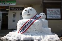 駅前には雪だるま親子がお出迎え
