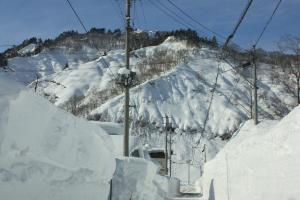 冬の晴れ間と雪の壁