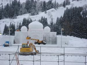 メインの大雪像も完成間近