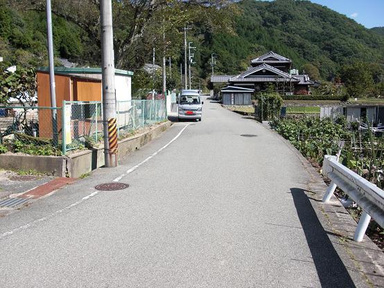 入口に続く道