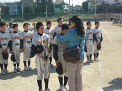 2012.2.4 仲井間母がシュウにメダル
