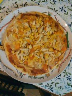 蒸し鶏、コーン、パプリカのピザ