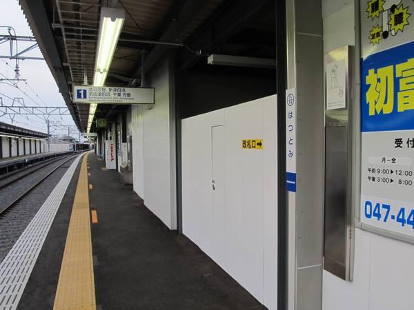 仮下り線ホーム上から地下通路へ下りる階段は10月5日より使用開始となる。