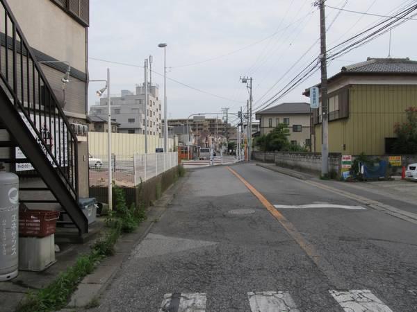 市道の付替え部分を見る。旧道の一部は周辺の住宅への出入りのため残されている。