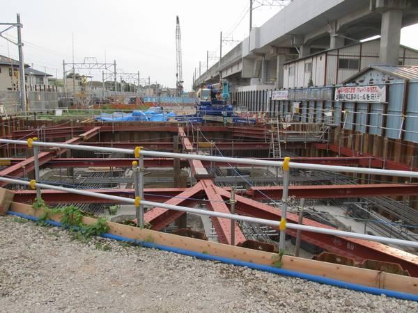 北初富1号踏切と北初富2号踏切の間で進む高架橋の基礎工事