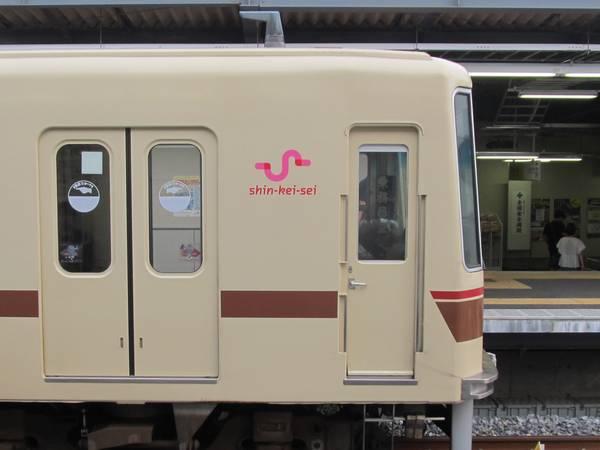 車両側面に貼られた新京成電鉄の新しいシンボルマーク