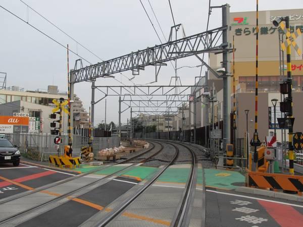 踏切内から京成津田沼方面を見る。左側が旧下り線跡地。右側ではイトーヨーカドーが再建された。