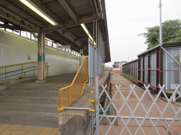 現在の駅舎と仮下り線ホームをつなぐ通路は旧ホームの一部を流用して設置している。