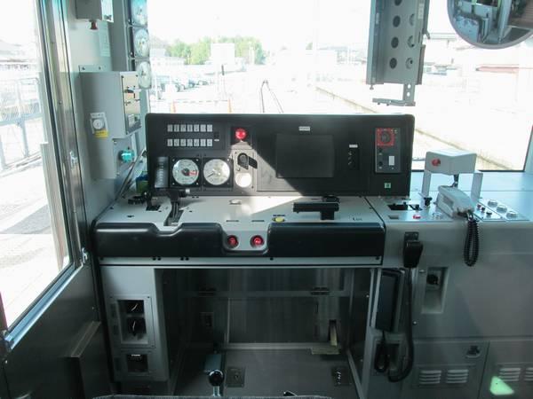 運転席。JR東日本で主流の左手操作ワンハンドルマスコン。