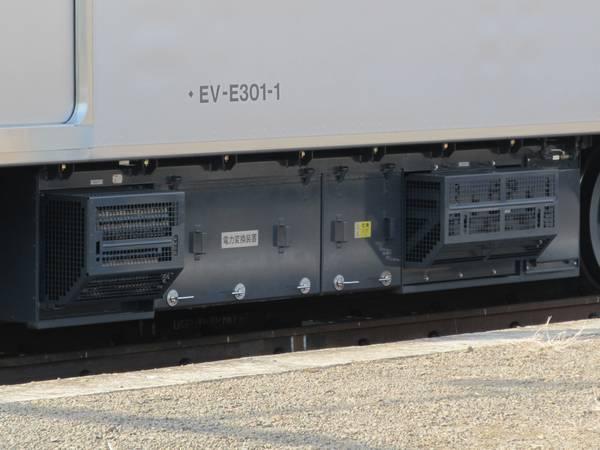 電力変換装置。VVVFインバータとDC/DCコンバータが一体になっている。