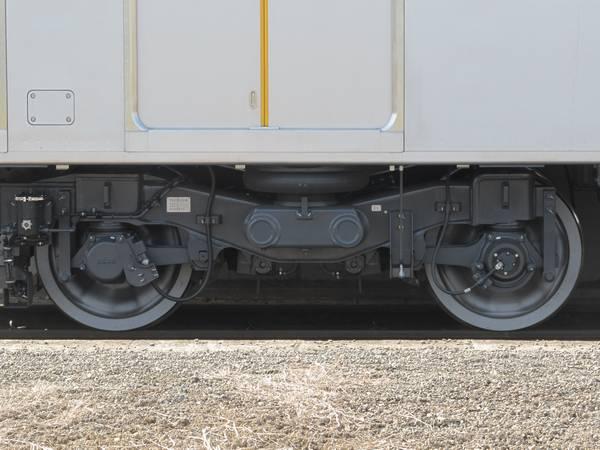 TR255D付随台車。E233系とほぼ同一形状で、先頭軸は増粘着剤噴射装置付き。