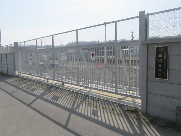 烏山駅の終端に新設された烏山変電所。「変電設備」「蓄電池設備」の看板がある。