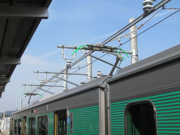 烏山駅ホームに設置されている充電用剛体架線。電流を均等に流すため、き電線と4箇所で接続されている。