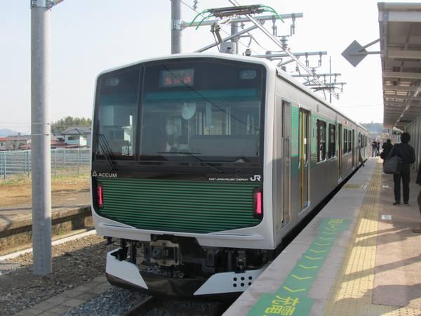"""烏山駅に停車中のEV-E301系""""ACCUM"""""""