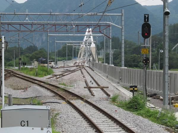 長野原草津口駅のホーム端から見た新旧切替地点。軌道敷設や架線の設置が完了している。