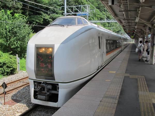 特急「草津」に使用される651系1000番台。常磐線の特急「ひたち」に使用されていた車両を直流線用に改造して転用した。