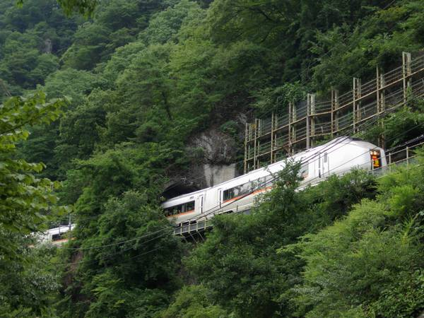 岩島~川原湯温泉間にある樽沢トンネル。全長は7.2mしかなく、日本一短い鉄道トンネル。
