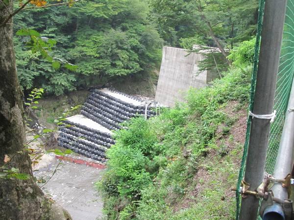 堤体予定地付近は吾妻川の水流を仮排水トンネル(右下のコンクリートがトンネル坑口)に迂回させ、川底を干上がらせている。