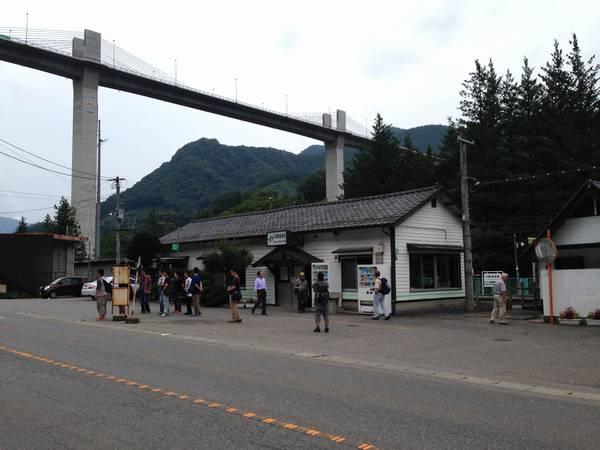 川原湯温泉駅の駅舎とダム湖を跨ぐ新橋梁(湖面1号橋)