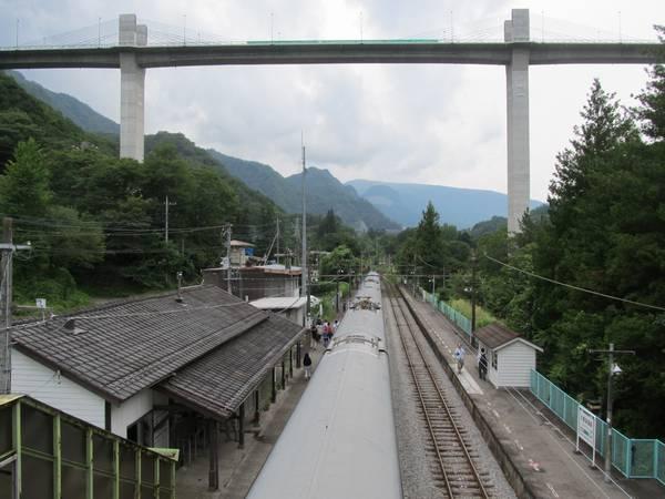 川原湯温泉駅のホームと湖面1号橋