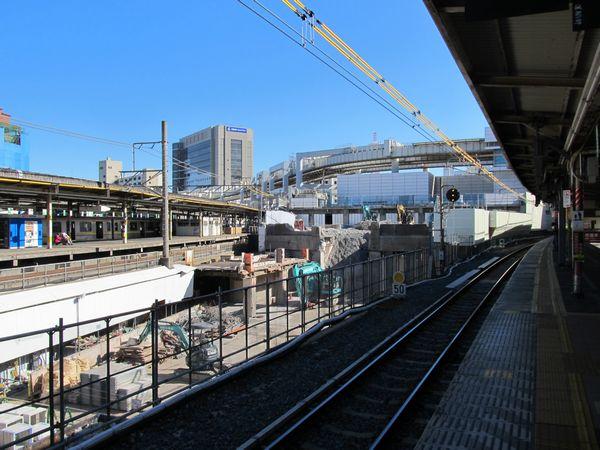 解体がほぼ完了した駅ビル「ペリエ1」。以前は建物に隠れていたモノレールの軌道が見えるようになった。