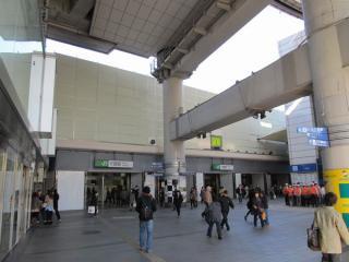 東口駅前広場から駅舎を見る。上層階が取り壊され、外光が差し込むようになった。