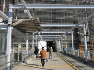 JR千葉駅西口改札口への通路は建設中のビルの中を貫通する