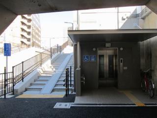 JR千葉駅側のスロープとエレベータ