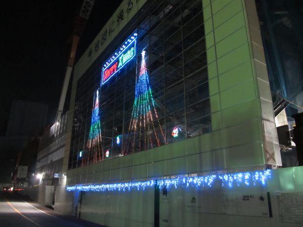 工事中の建物に施されたクリスマスイルミネーション
