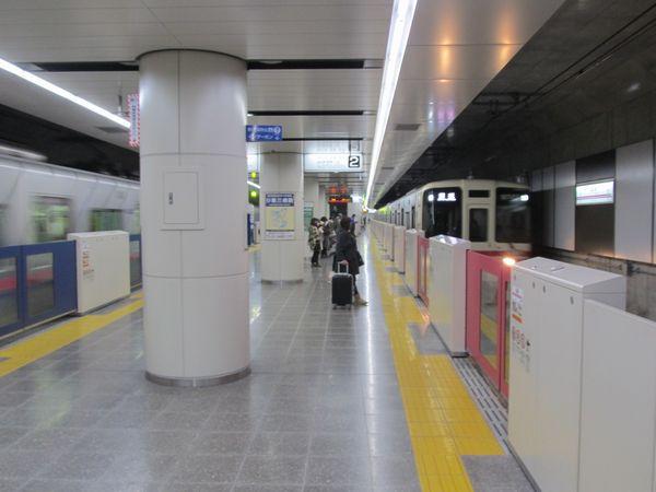 国領駅を通過する回送列車(調布止まりの各停のつつじヶ丘までの回送)