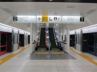 左側も完成した布田駅のエスカレータ