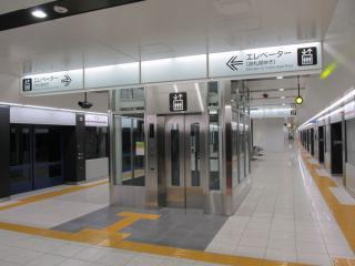 同じく完成した布田駅のエレベータ