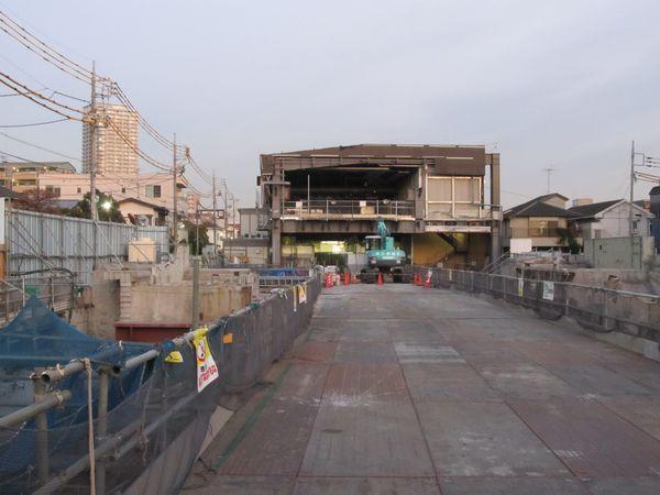 撤去が進む地上の駅施設跡