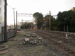 調布駅から急カーブして南に向かう相模原線の廃線跡。レールは取り外され、まくらぎとバラストのみが虚しく残る。
