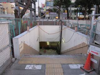 橋上駅舎入口があった場所には地下化工事着工前の駅舎入口残存している。