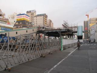 東側の橋上駅舎は比較的原形をとどめている。