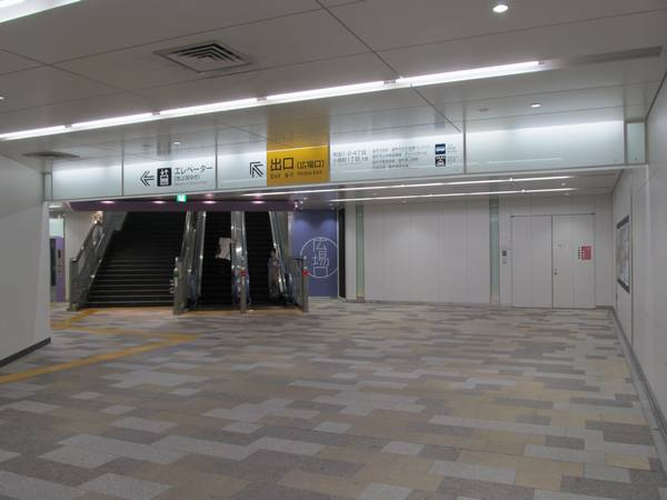 広場口の階段などは線路に対して斜めに取り付けられている。
