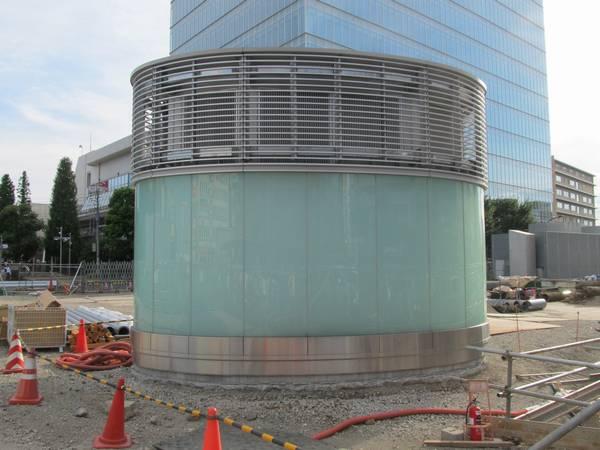 広場口の前に完成した換気塔。ガラスやステンレス枠を多用した現代的なデザイン。