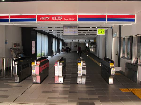 布田駅の改札口