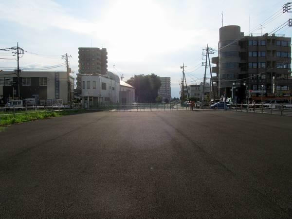 布田駅改札口前の地上線路跡。今後駅前広場が建設される。