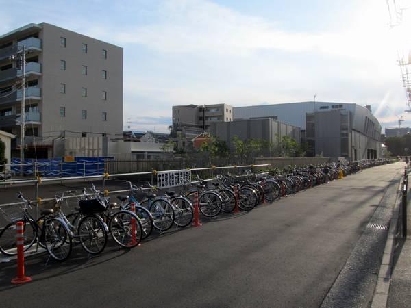 布田駅駅舎裏の線路跡はアスファルトで舗装された。